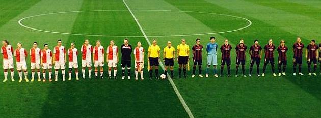 Las jugadoras del Barcelona y Slavia Praga posan antes del partido en el Mini Estadi / Twitter