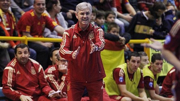 Venancio López, dirige a sus jugadores durante un partido amistoso frente a Holanda. Foto: Chema Rey