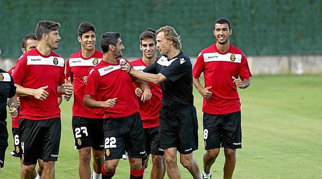 Karpin bromea con Pau Cendrós durante un entrenamiento, delante de Agus, Marcos Asensio, Company y Fofo / Tooru Shimada