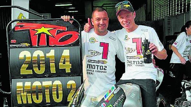 David García, junto a Tito Rabat (25) en el circuito de Sepang tras la carrera del domingo de Moto2. / TWITTER
