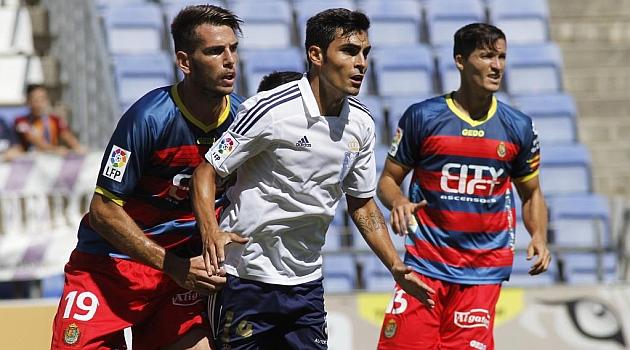 Alcalá vigila a Dimas en el partido del Llagostera ante el Recre / J. P. Yañez (Marca)