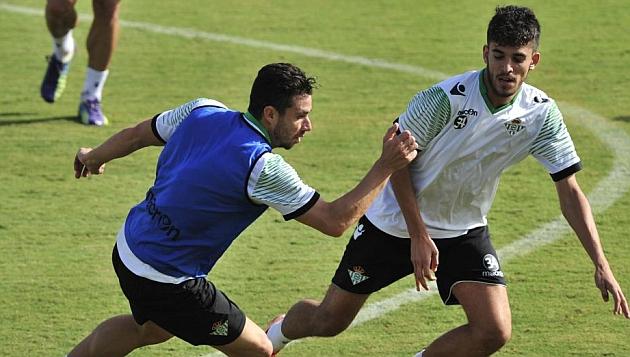 Ceballos defiende a Rubén Castro en un entrenamiento. KIKO HURTADO