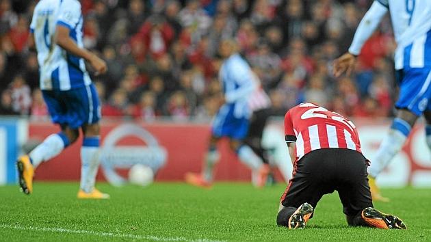 Guillermo Fernández (21) cabizbajo en el partido de Liga de Campeones frente al Oporto en San Mamés. Foto: AFP