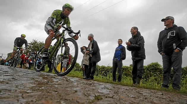 El esloveno Kristjian Koren en el pavés de la quinta etapa del Tour 2014. / Afp