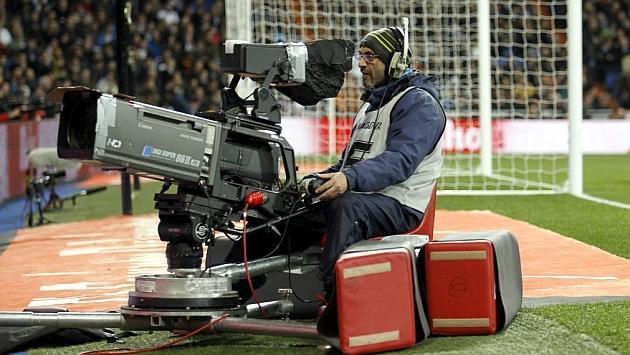 Un operador de cámara en un partido de Primera división. / PABLO GARCÍA (MARCA)