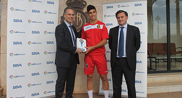 Marco Asensio recibió el premio al mejor jugador de octubre en la Liga Adelante / LFP
