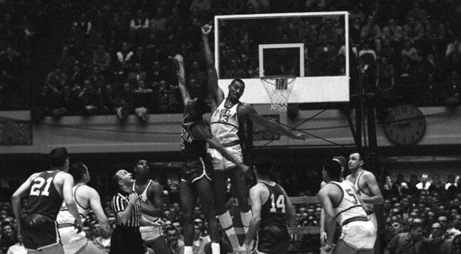 Los 55 rebotes de Wilt Chamberlain ante Bill Russell en un partido cumplen años
