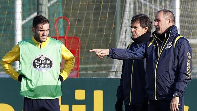 Víctor Fernández, junto al lesionado Lucas Pérez. Foto: Amador Lorenzo