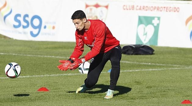 Sergio Rico, durante el entrenamiento del martes. RAMÓN NAVARRO