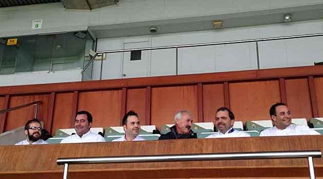 El presidente Sañudo, con los cinco cocineros en el palco de El Sardinero
