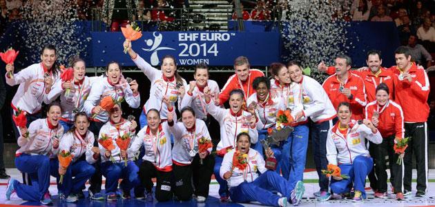 La selección española celebra la plata en el Europeo de Hungría. FOTO: AFP