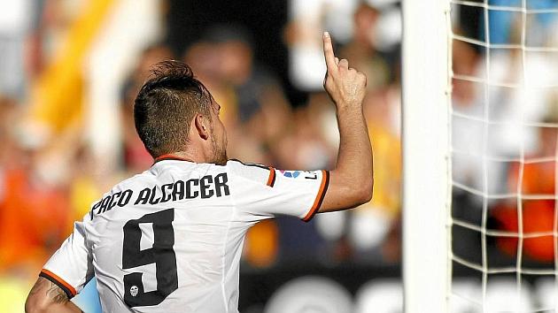 Paco Alcácer celebra uno de su goles con el Valencia