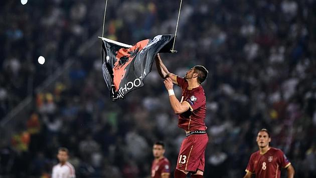 Futbolistas de la selección de Albania intentan expulsar el dron del estadio durante el partido frente a Serbia
