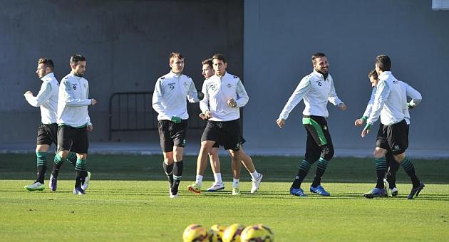 Álex, en el centro, junto a varios jugadores del primer equipo | Foto: K. Hurtado