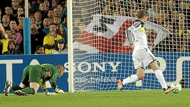 Fernando Torres marca tras superar a Víctor Valdés en las semifinales de Champions entre Barcelona y Chelsea / FRANCESC ADELANTADO ( MARCA)
