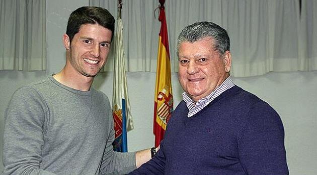 El presidente da la bienvenida al nuevo fichaje. Foto: Hércules de Alicante
