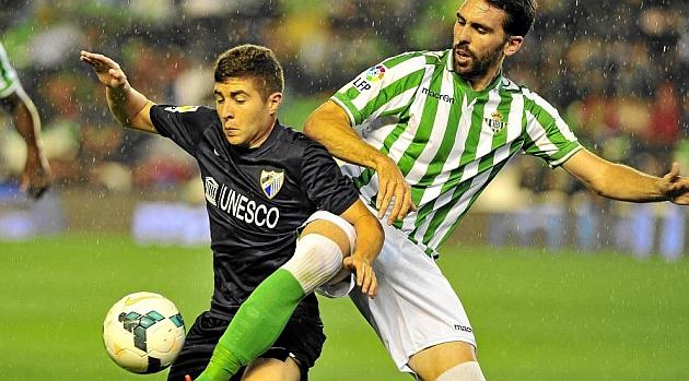Portillo lucha por un balón con Jordi Figueras. RAMÓN NAVARRO