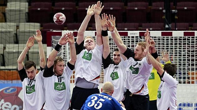 La selección alemana blocando un balón a Rusia. Foto: AFP