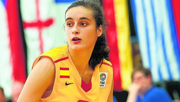 Ángela Salvadores en un partido con la selección española sub17 / MARCA