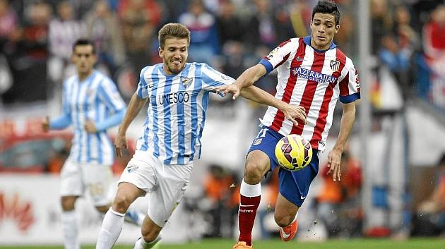 Camacho pelea por un balón con Raúl Jiménez en el Atlético-Málaga de esta temporada. / ÁNGEL RIVERO (MARCA)