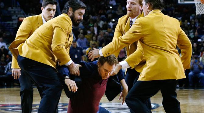 Expulsan al actor Will Ferrel del partido de los Lakers por darle un balonazo a una cheerleader