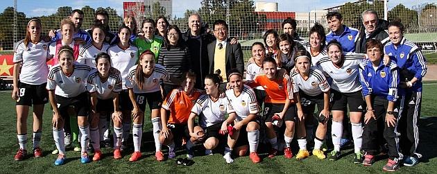 La plantilla del Valencia posa con el nuevo dueño del club / Twitter