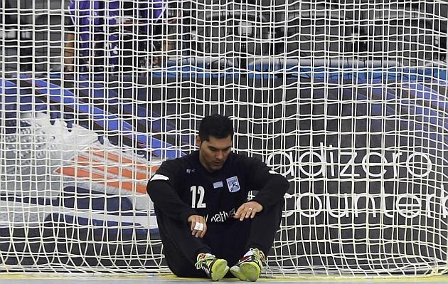 El portero argentino Fernando García abatido tras encajar un gol frente a Francia. Foto: Reuters
