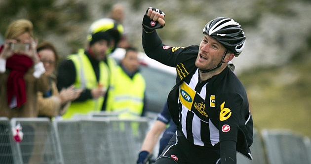 Steve Cummings (33) celebra su triunfo en el Trofeo Andratx. / Afp