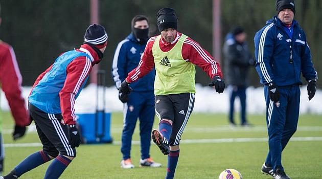 Nekounam, delante de Urban, en el entrenamiento de este jueves / Daniel Fernández (Marca)