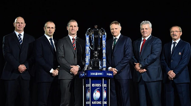 Los seleccionadores Vern Cotter (Escocia), Philippe Saint-Andre (Francia), Stuart Lancaster (Inglaterra), Joe Schmidt (Irlanda), Warren Gatland (Gales) y Jacques Brunel (Italia) -de izquierda a derecha- posan alrededor del nuevo torfeo / AFP