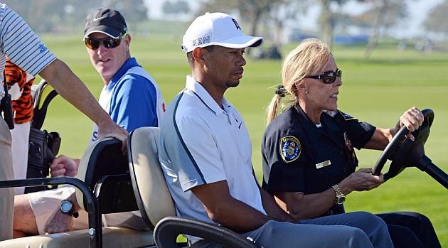 Tiger Woods se retira con dolores de espalda