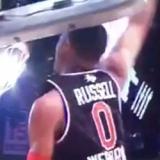 Westbrook se descalabra con el tablero al machacar