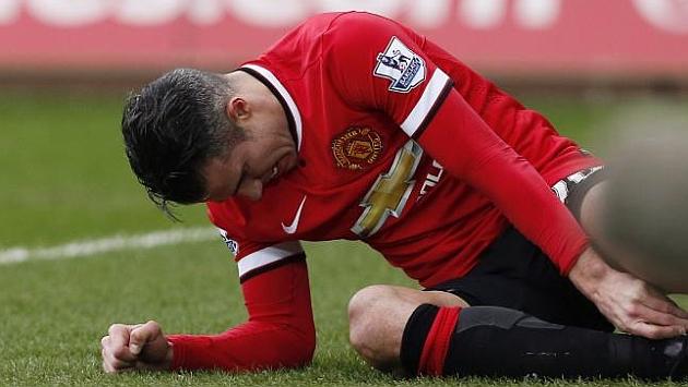 Van Persie en el momento de su lesión en el encuentro frente al Swansea / AFP