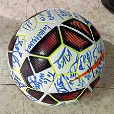 Bueno se llevó el balón firmado por sus compañeros
