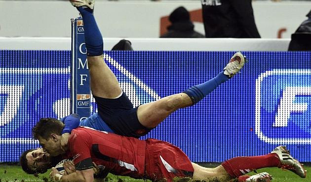 Dulin no puede evitar el ensayo de Dan Biggar en el Stade de France / AFP