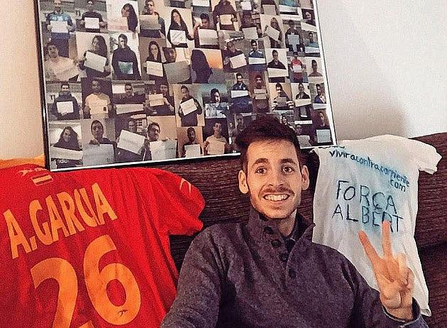 Albert López con las camisetas de Antonio García. Foto: Twitter de Albert López