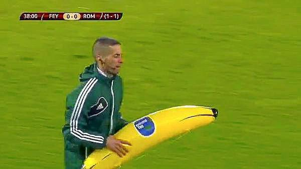 Árbitro recogiendo el plátano lanzado a Gervinho.