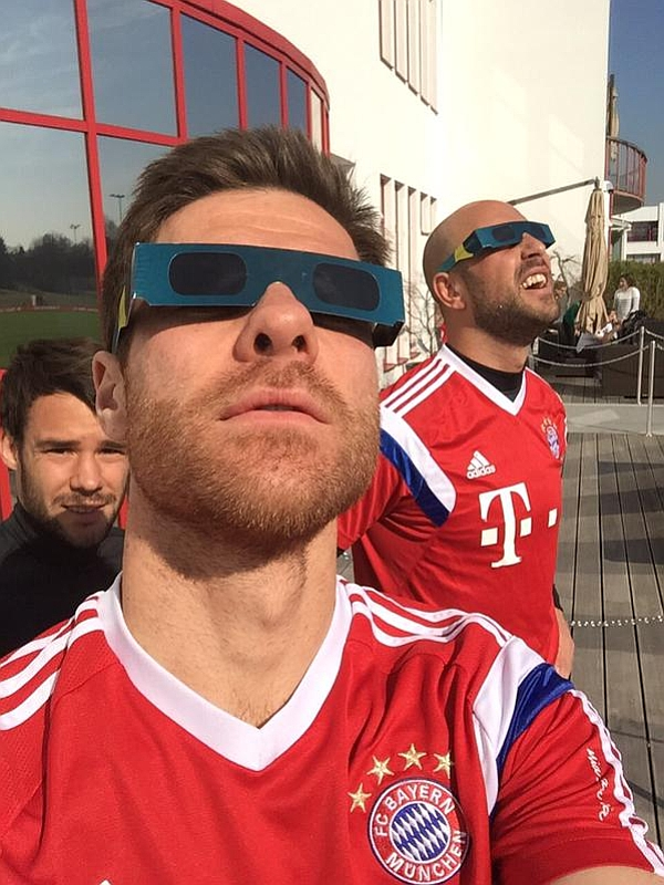 Xabi Alonso y Pepe Reina desfrutan del eclipse. Foto: Twitter de Reina