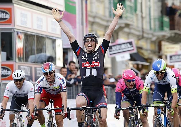 John Degenkolb alza los brazos al ganar la 106ª Milán-San Remo. / Foto: Giant-Alpecin