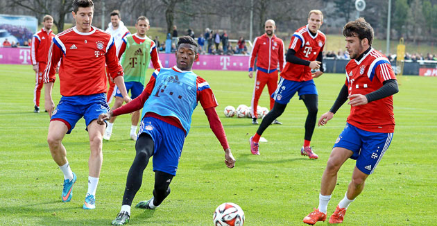Alaba pelea el balón ante Lewandoski y Bernat / Foto: IMAGO