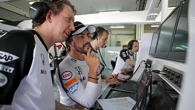 Alonso, en el box de McLaren junto a sus ingenieros durante el GP de Malasia. Foto: Rv Racing Press
