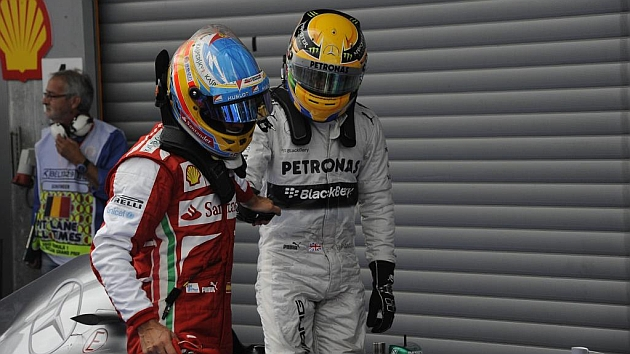 Alonso y Hamilton se saludan al término de una carrera del 2013 / RV RACING PRESS