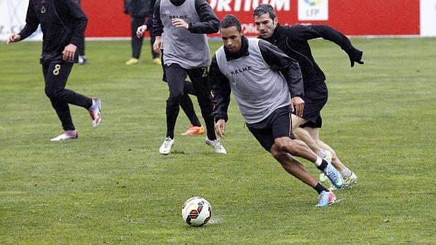 Valdo, con peto, durante un entrenamiento con sus nuevos compañeros en El Sardinero / José R. González (Marca)