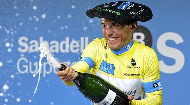 Purito Rodríguez celebrando su triunfo en el podio. AFP