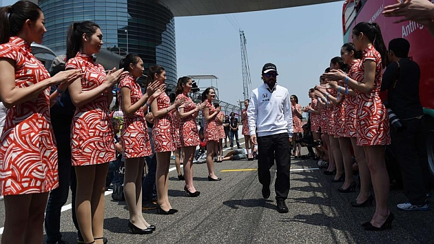 Alonso, tras el 'drivers parade' del GP de China /Foto: RV Racingpress