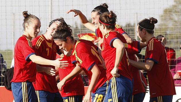 Las jugadoras de la selección española celebran un gol ante Irlanda en un amistoso en Gijón / Tuero-Arias
