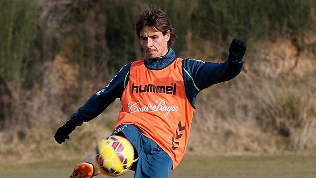 Álvaro Rubio golpea el balón durante un entrenamiento / César Minguela (Marca)