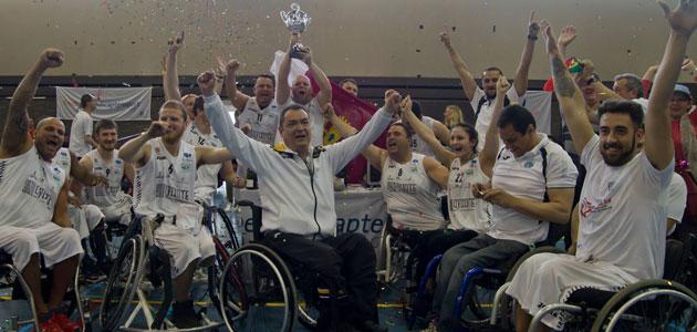 El BSR AMIAB Albacete con el trofeo de campeón de la Challenge Cup. FOTO: basketballexperience