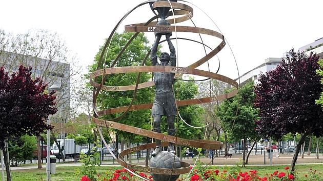 Monumento al los campeones de 1935 en Sevilla. KIKO HURTADO