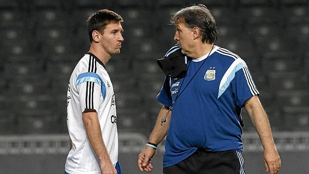 Martino habla con Messi durante un entrenamiento con la selección argentina / Foto: RTRPIX